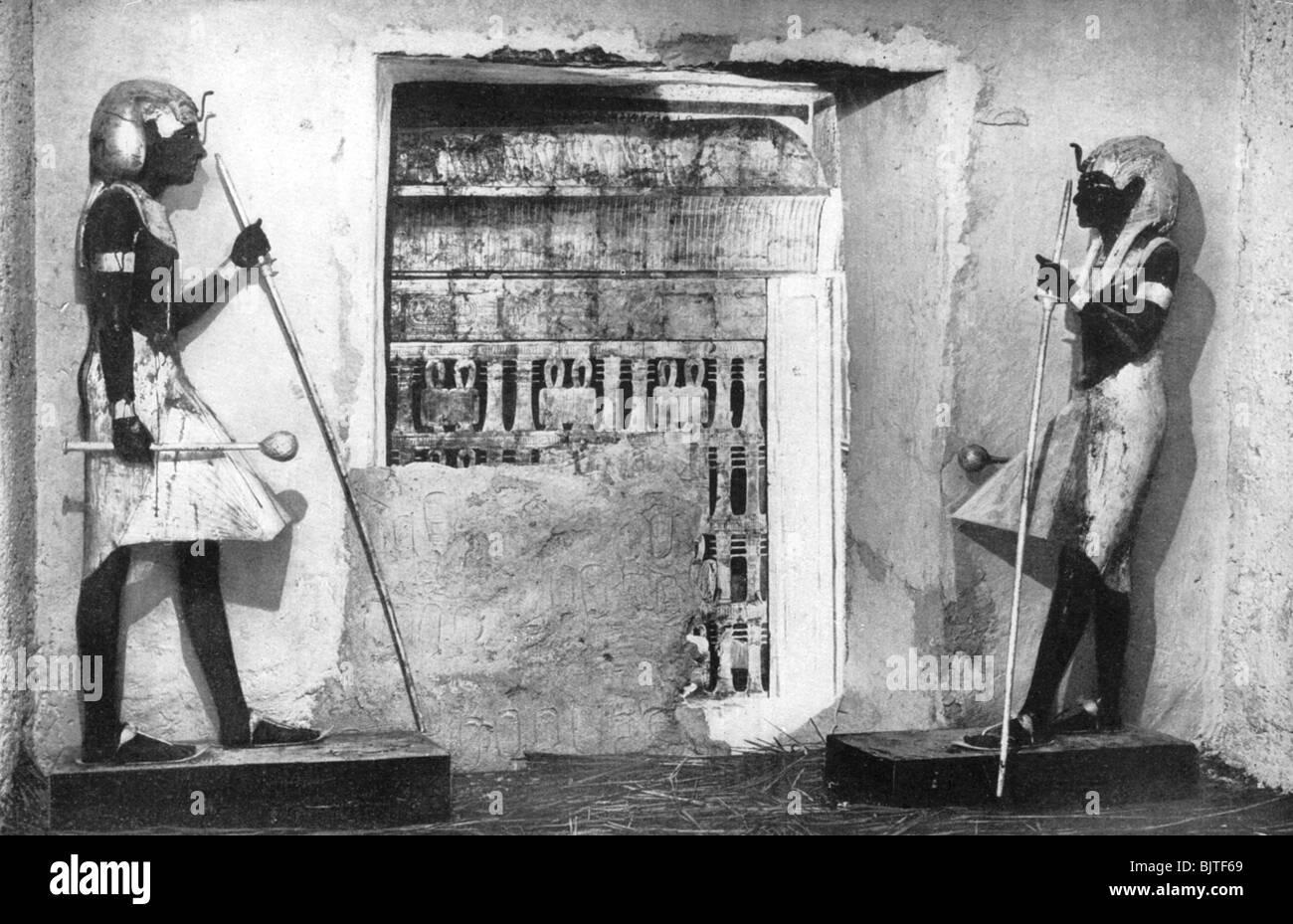 The first glimpse of Tutankhamun's tomb, Egypt, 1933-1934. - Stock Image