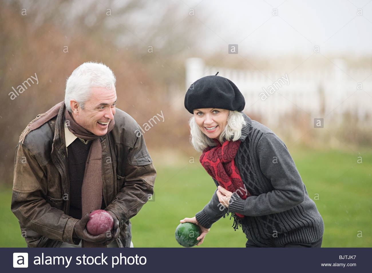 Couple playing lawn bowls - Stock Image