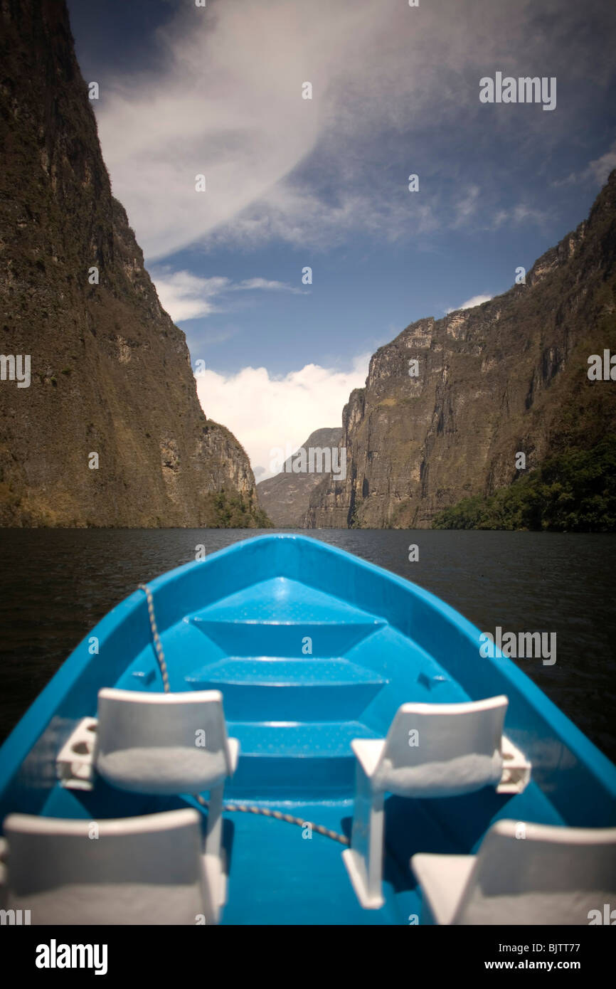 A boat navigates in the Sumidero Canyon in Tuxla Gutierrez, Chiapas, Mexico, February 18, 2010. - Stock Image