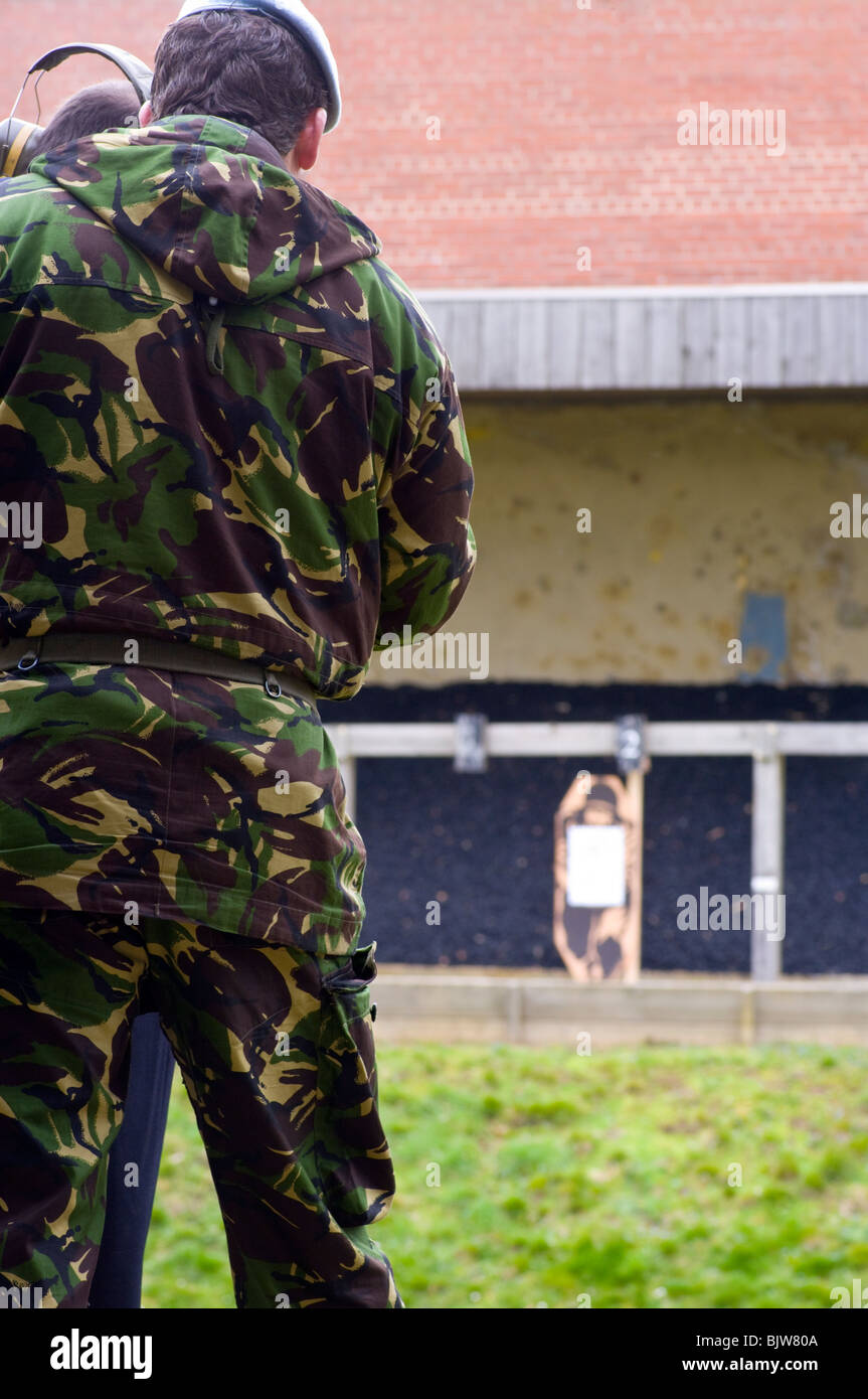British Army Firearms Instructor Teaching On A Firing Range - Stock Image