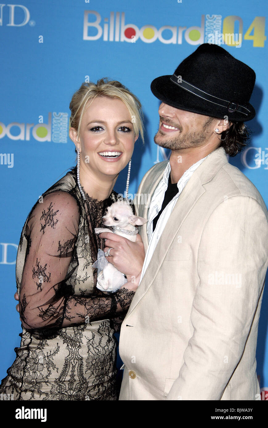 BRITNEY SPEARS KEVIN FEDERLINE   DOG 2004 BILLBOARD MUSIC AWARDS MGM GRAND  GARDEN ARENA MGM GRAND HOTEL LAS VEGAS US 08 Decem cde8001790c