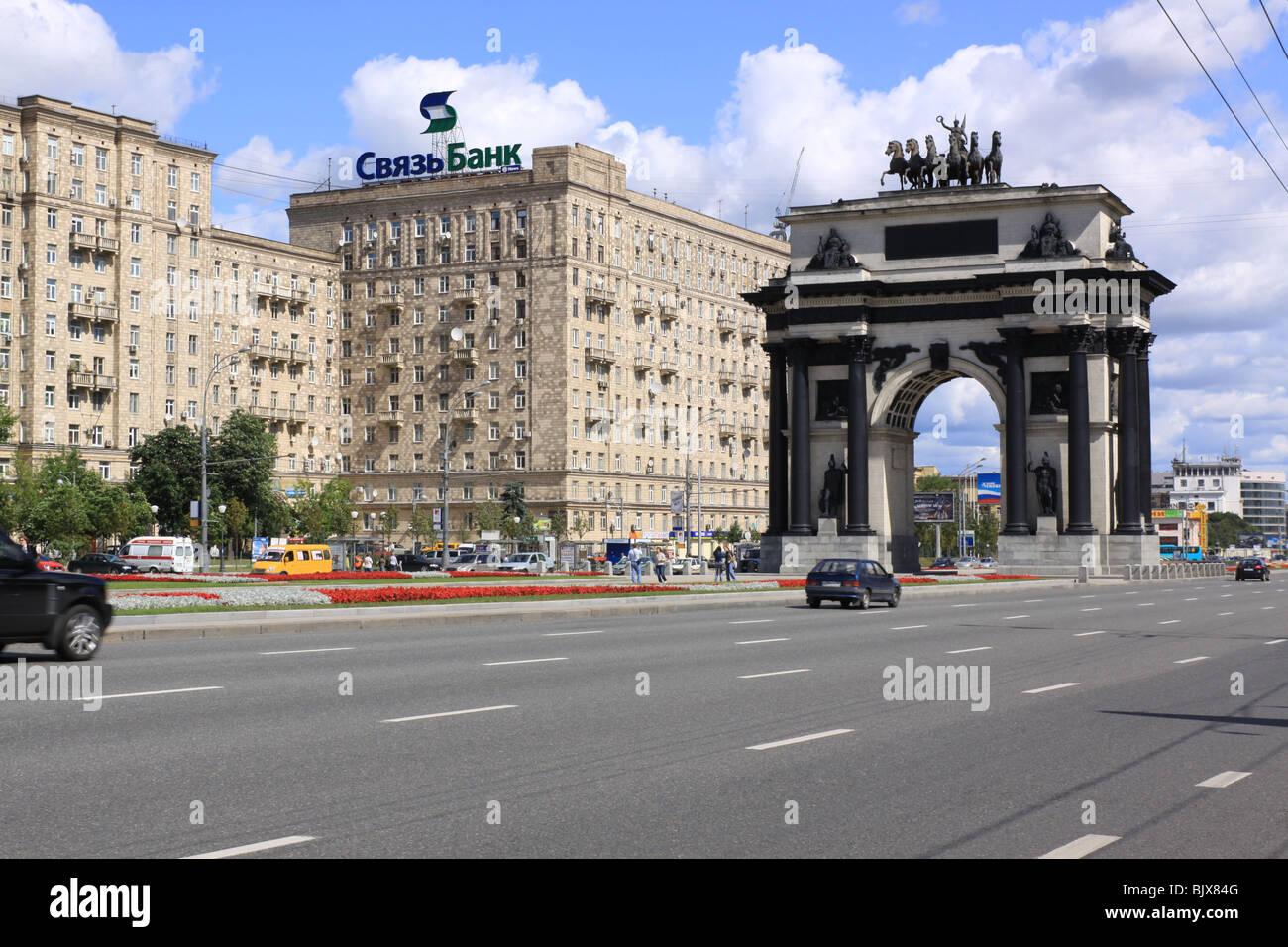 Russia. Moscow. Triumphal arch and Kutuzovsky Prospekt (Kutuzov Avenue) - Stock Image