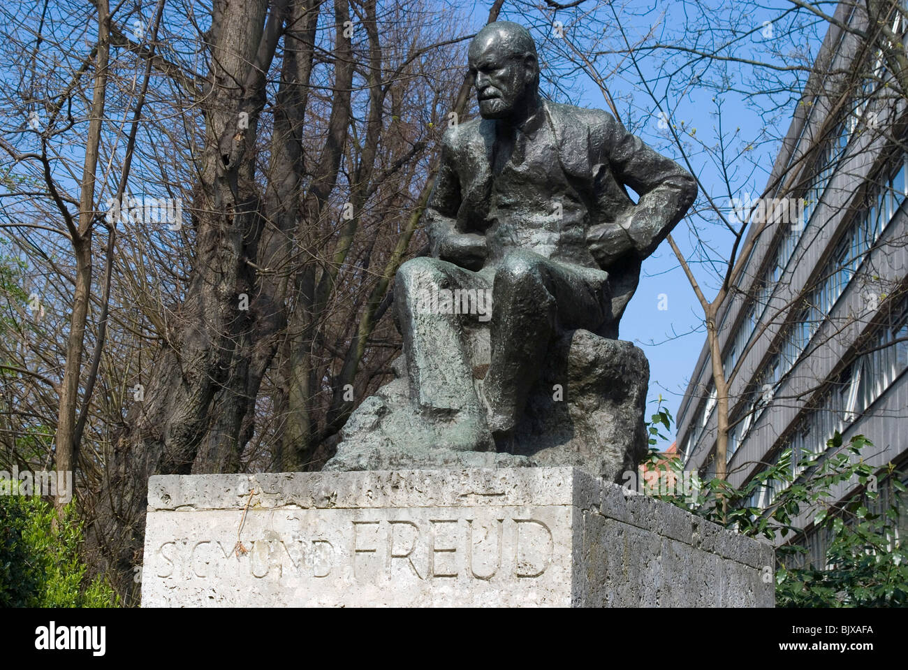 Statue of Freud in front of the Tavistock Institute, Belsize Park, London, England. - Stock Image