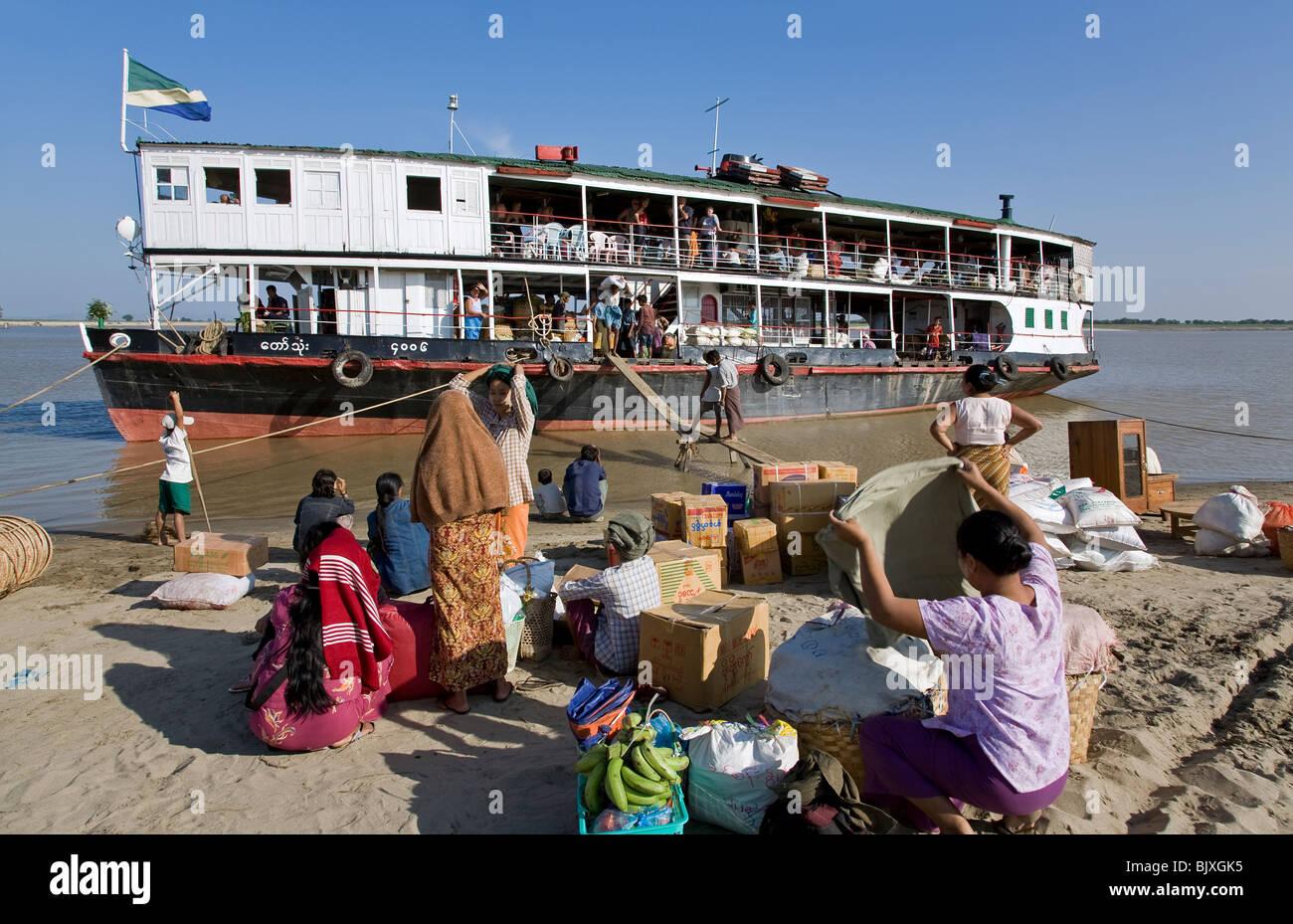 Boat stopover on the route Mandalay-Bagan. Pakokku. Ayeyarwady river. Myanmar - Stock Image