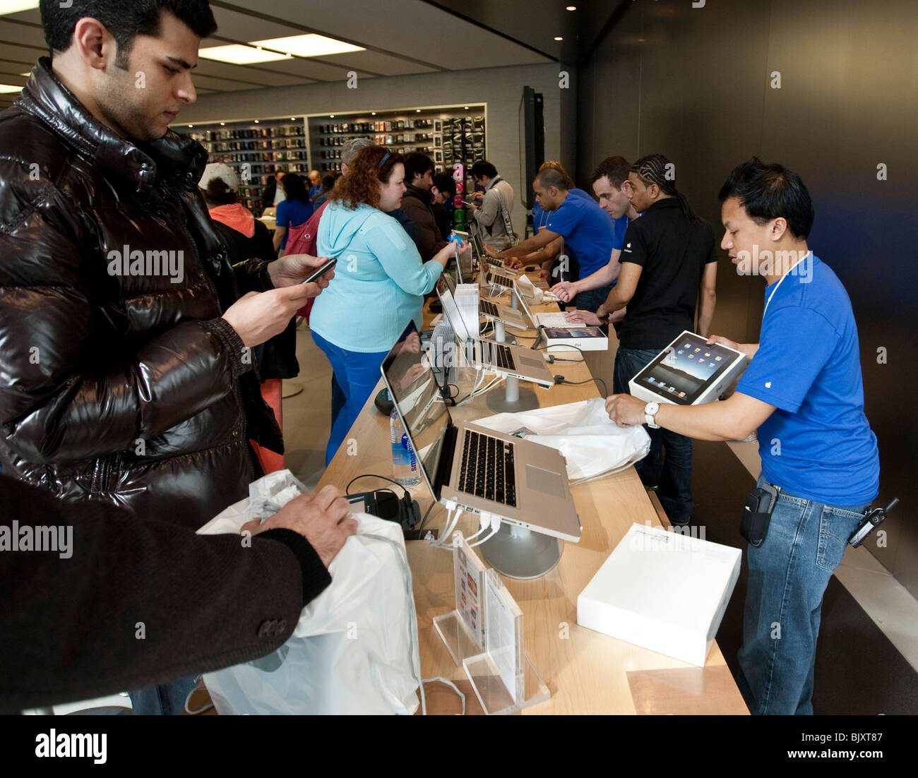 Customers buy iPads at the UWS Apple store in New York, USA, 3 April 2010. Stock Photo