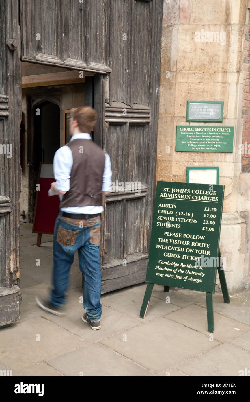 A student enters St Johns College at the main entrance, Cambridge University, Cambridge, UK Stock Photo