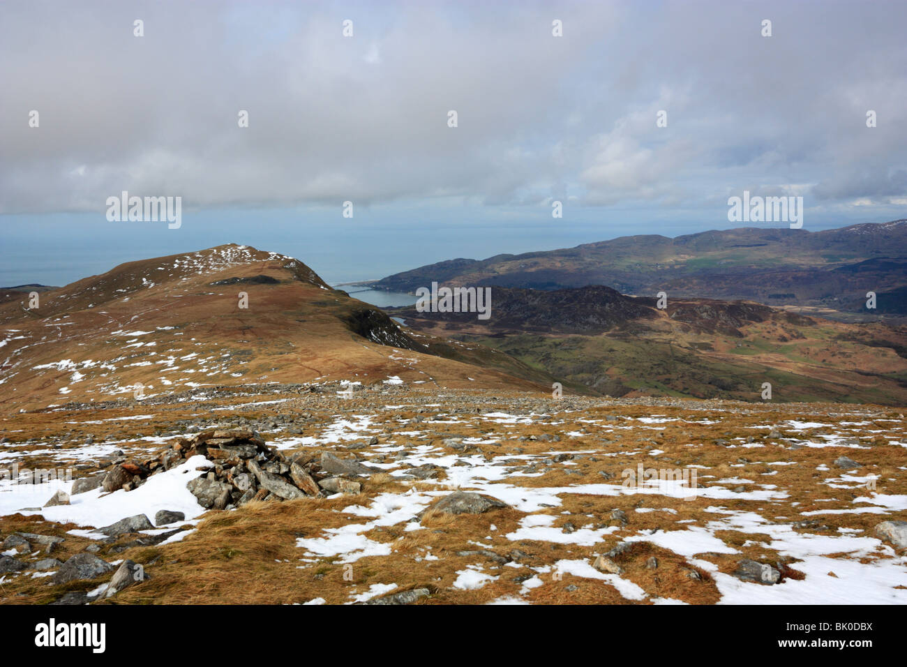 On the slopes of Cyfrwy on Cadair Idris, looking west beyond the peak of Tyrrau Mawr to the Mawddach estuary and - Stock Image