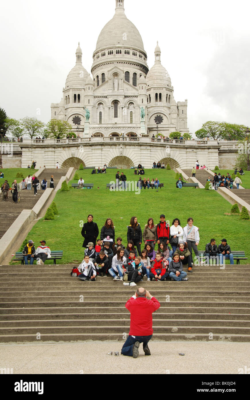 School group of teenagers posing for group shot in front of Sacre Coeur Paris - Stock Image