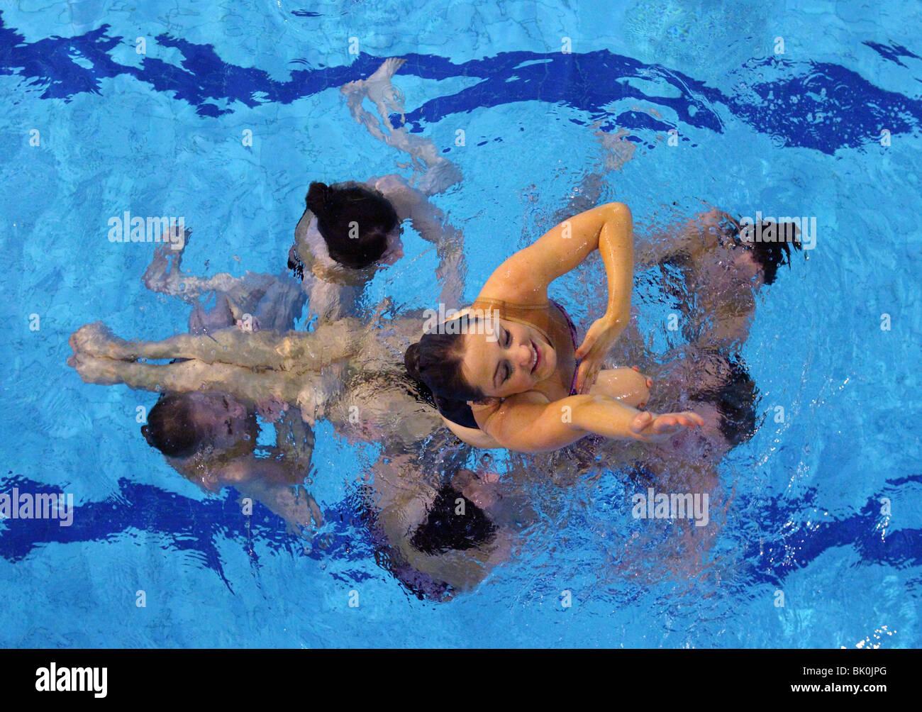 Rushmoor synchronized swimming club The girls of Rushmoor synchronized swimming club practice their British championship - Stock Image