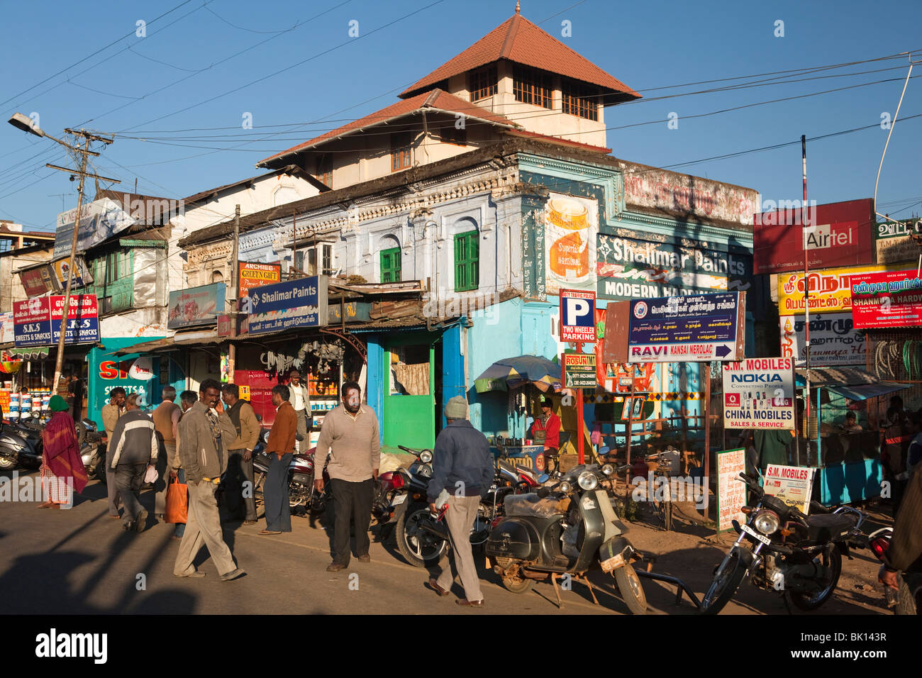 India, Tamil Nadu, Udhagamandalam (Ooty), Temple Lower Bazaar Road small businesses in old colonial building - Stock Image