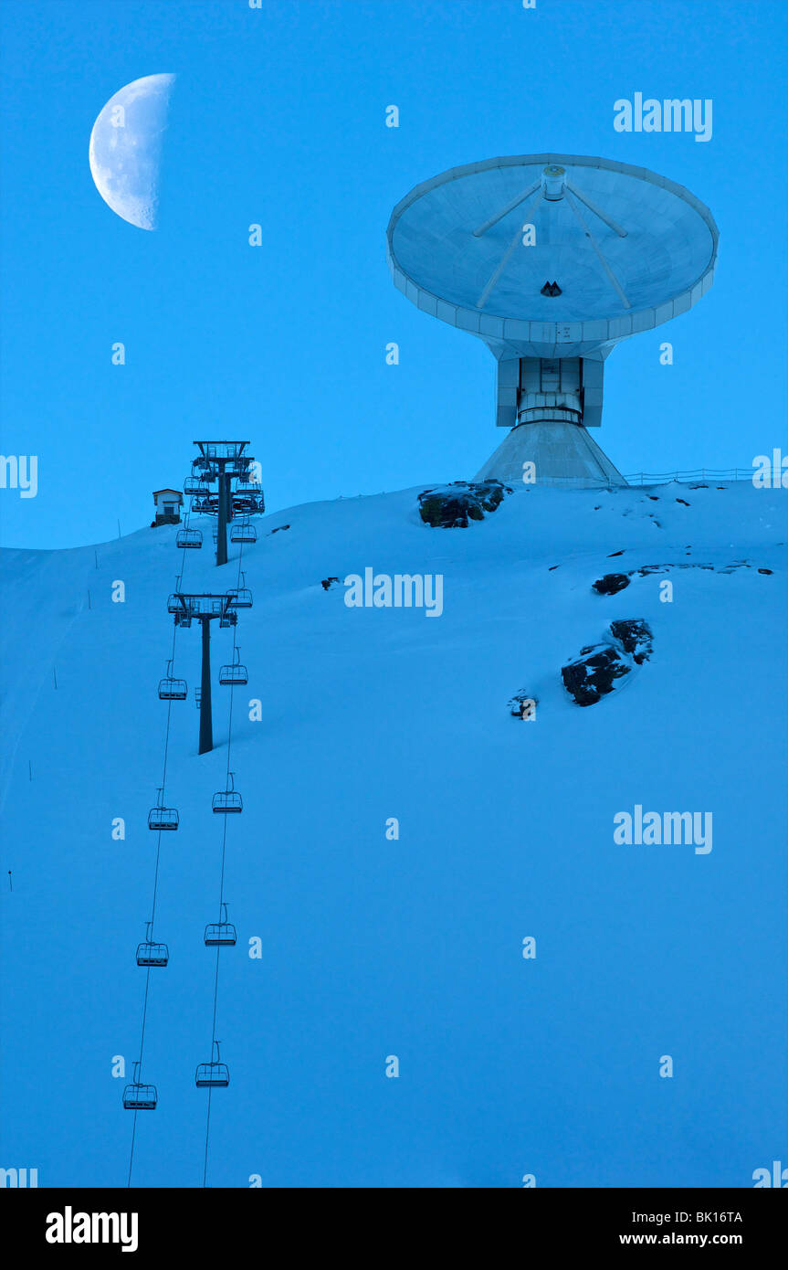 Sierra Nevada, piste with space telescope dish - Stock Image