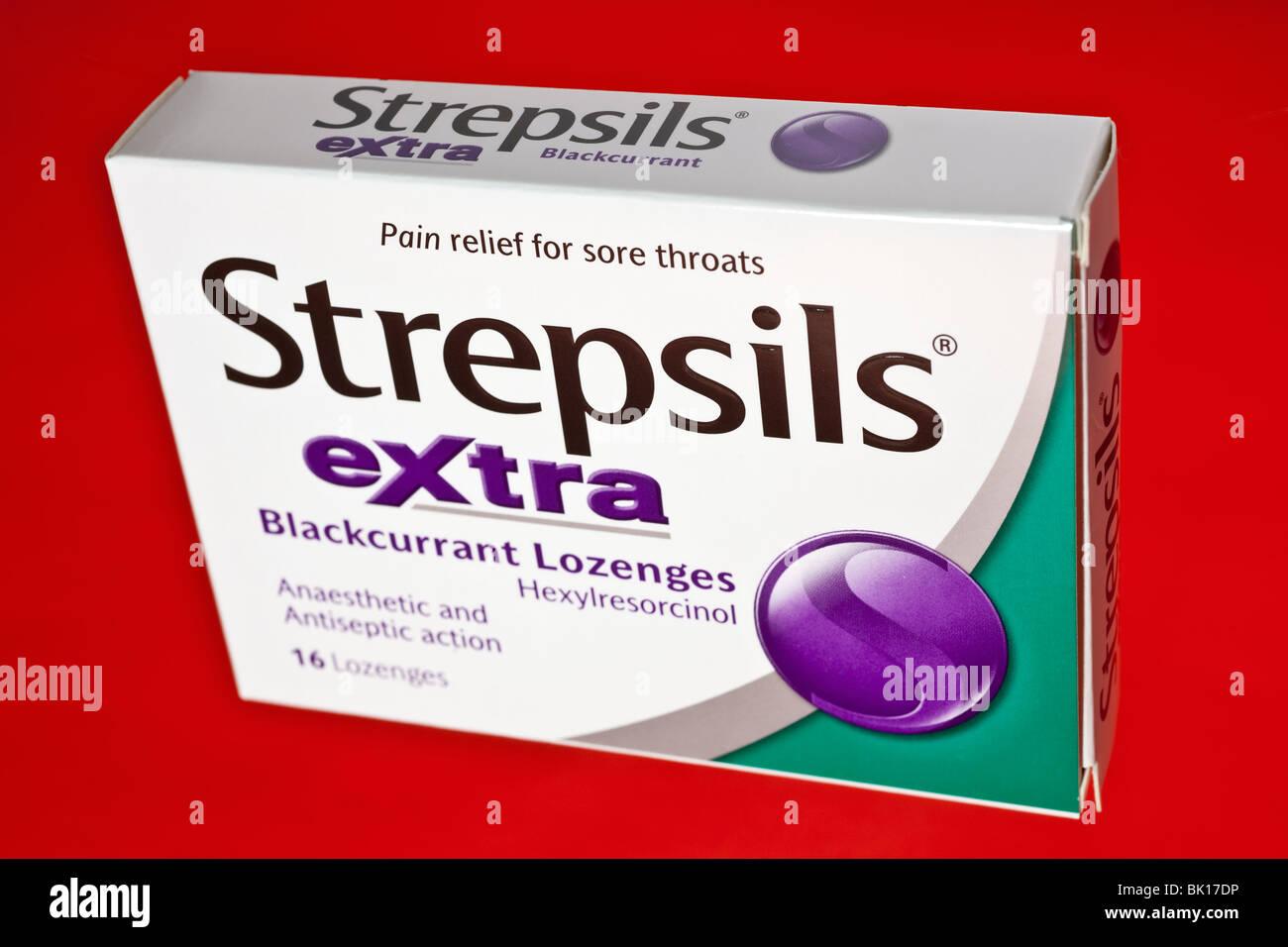 Box of 16 Strepsils Extra blackcurrant lozenges for sore throats - Stock Image