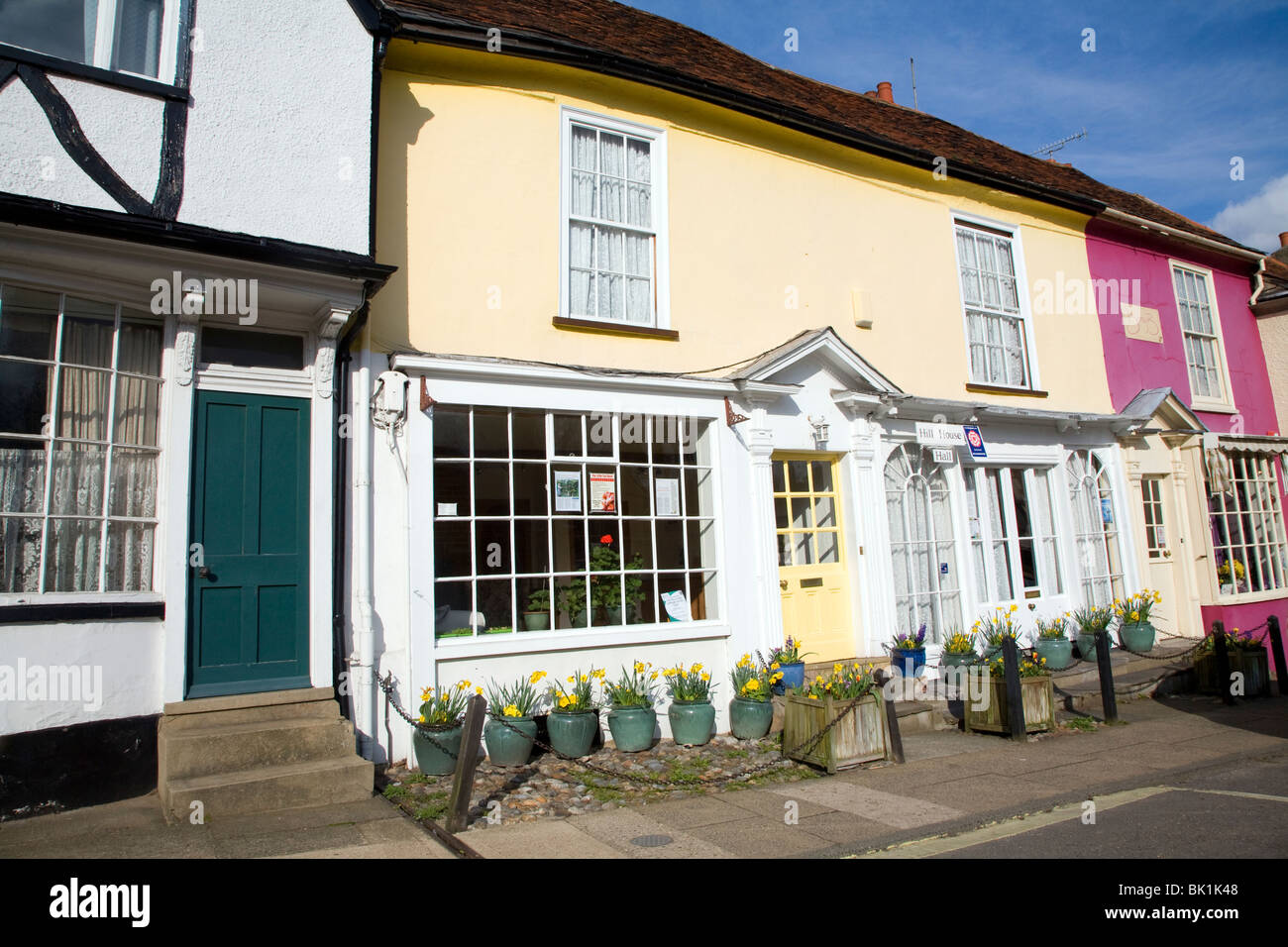 Hill House Hall bed and breakfast, Georgian shop fronts on Market Hill, Woodbridge, Suffolk - Stock Image