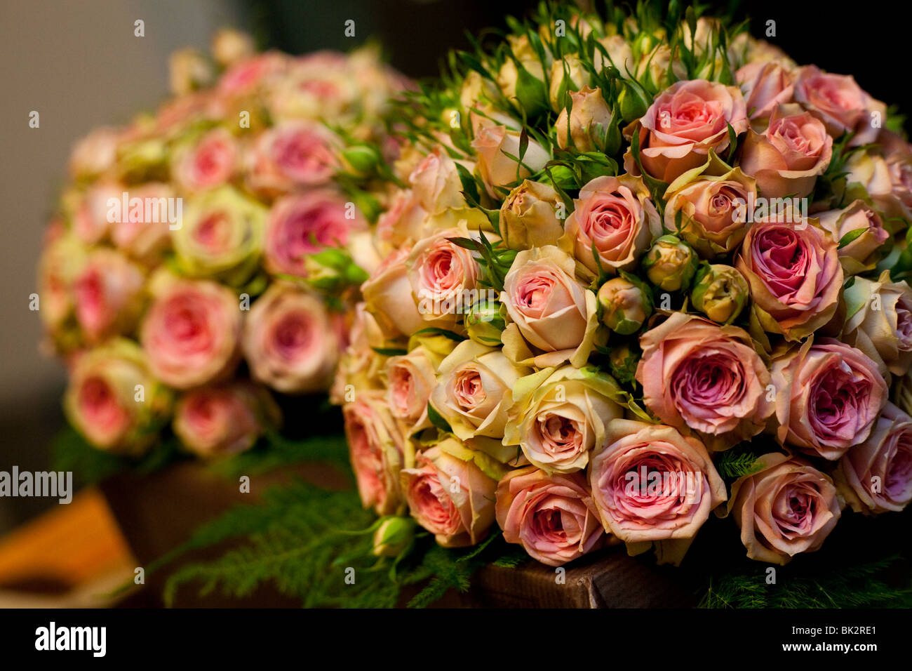 Two wedding bouquets with pink roses - Stock Image