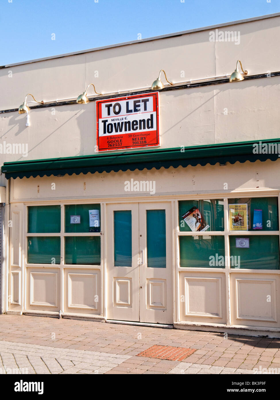 Empty vacant shop to let in England, UK - Stock Image