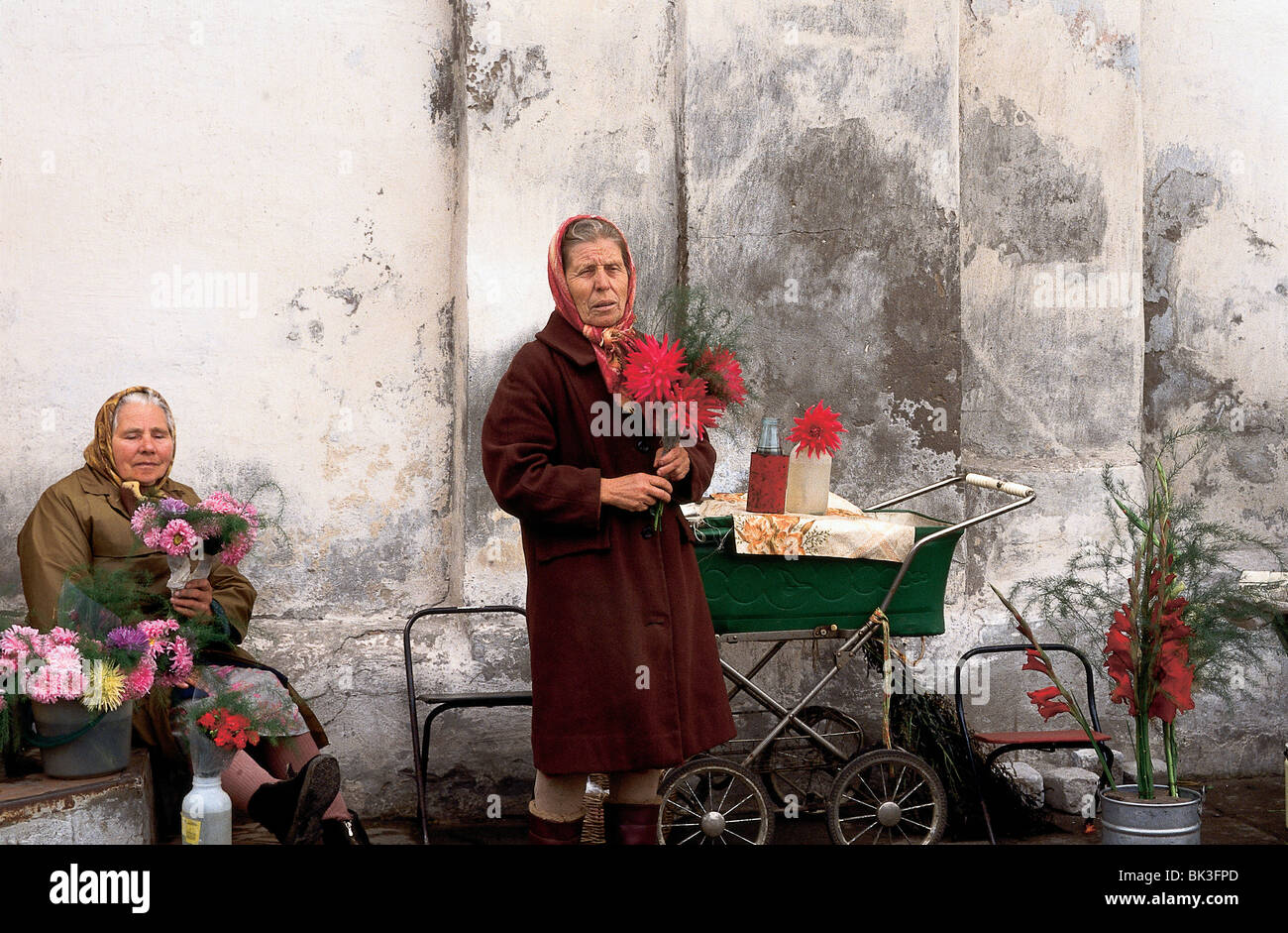 Street vendors selling flowers in Russia - Stock Image
