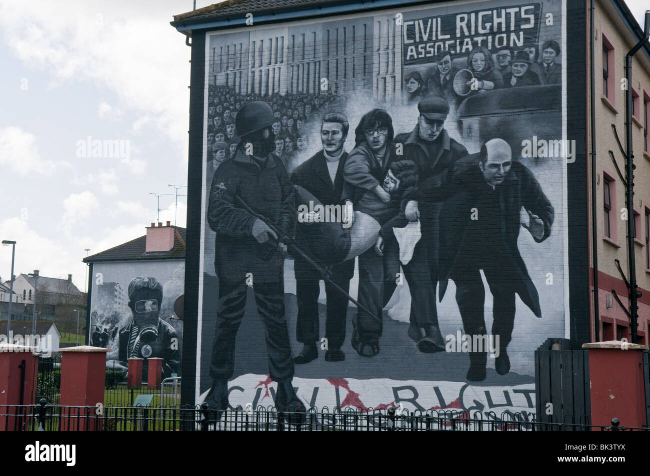 Mural from Bloody Sunday, showing Fr Edward Daly waving white handkerchief, men behind carrying a shot victim - Stock Image