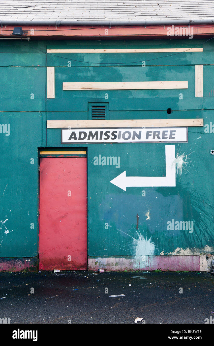 Door with sign saying 'Admission Free' and a large arrow - Stock Image