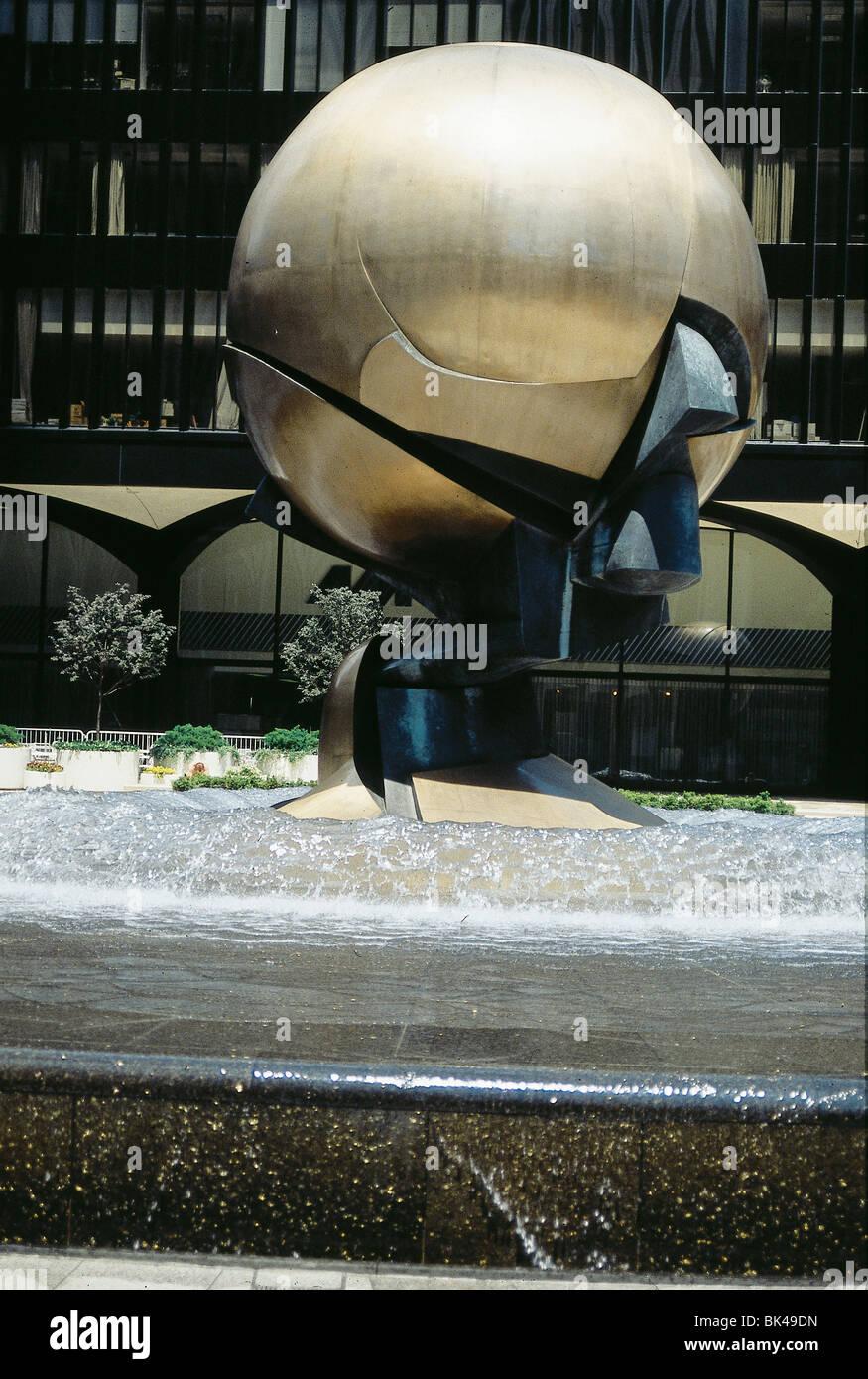 1971 Sculpture 'Kugelkaryatide' by Fritz Koenig at the World Trade Center Tobin Plaza, New York - Stock Image