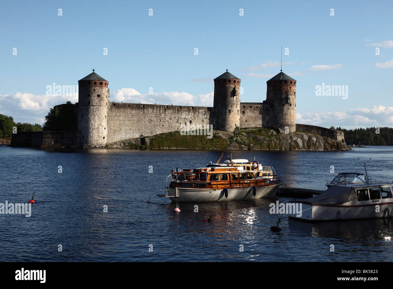 Boat moored in front of Olavinlinna Medieval Castle (St. Olaf's Castle), Savonlinna, Saimaa Lake, Savonia, Finland Stock Photo
