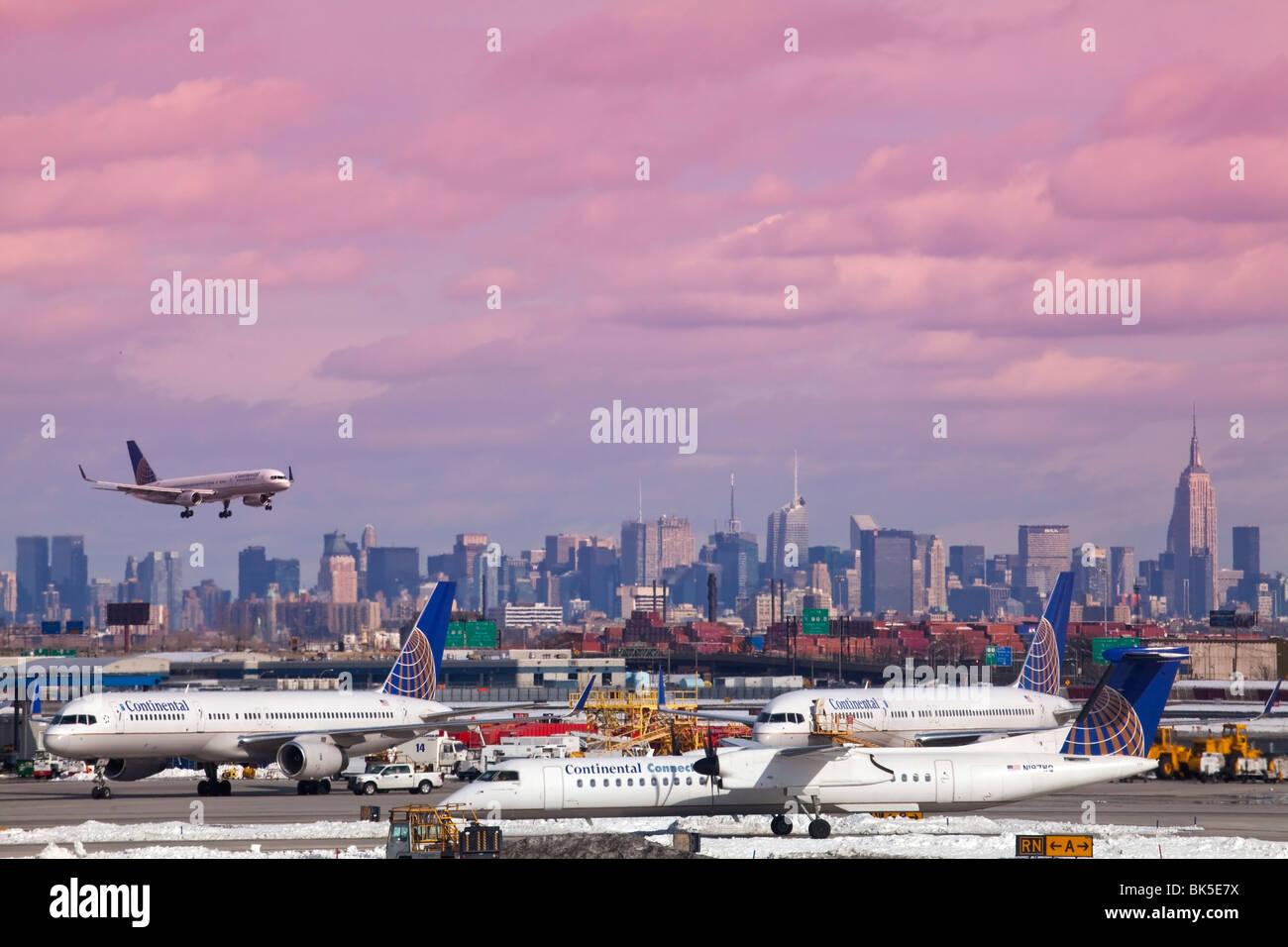 USA New York skyline and landing aeroplane at New Ark airport - Stock Image