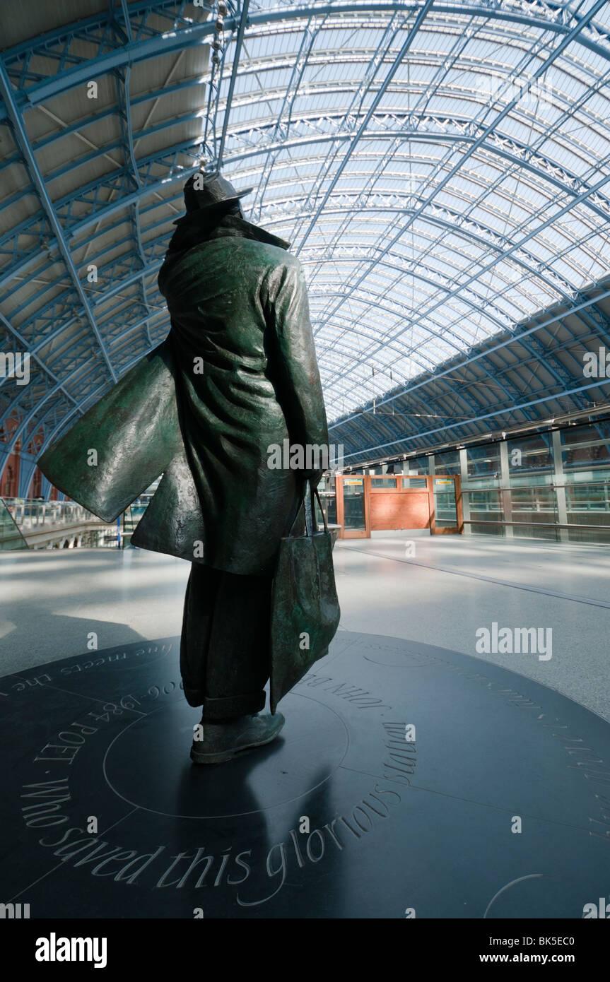 Sculpture of John Betjeman at St Pancras Railway Station - Stock Image