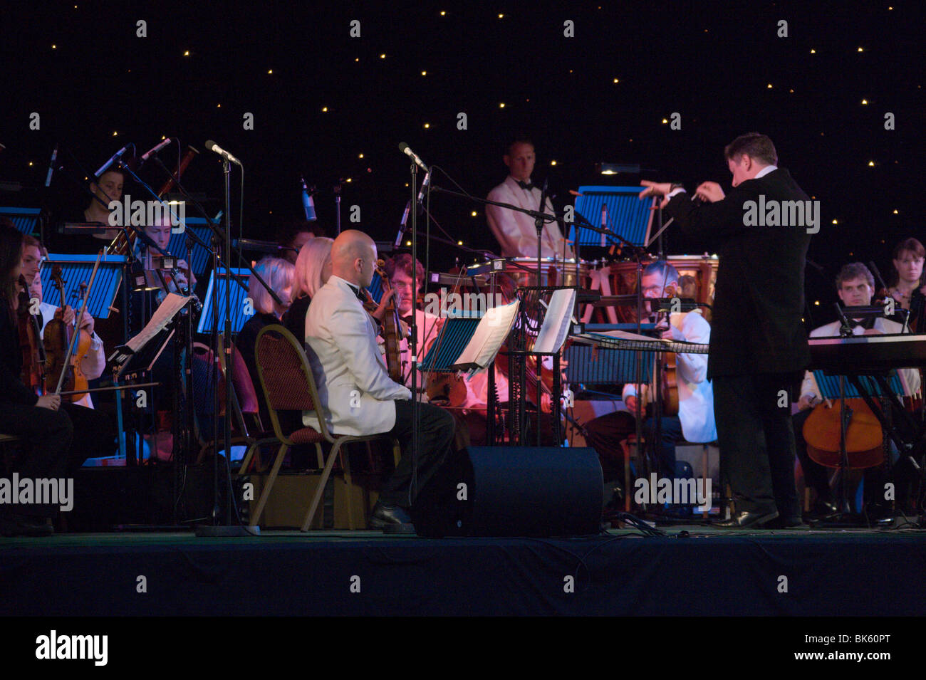 Stephen Bell conducting London Gala Orchestra Bedford Prom in Park Stock Photo