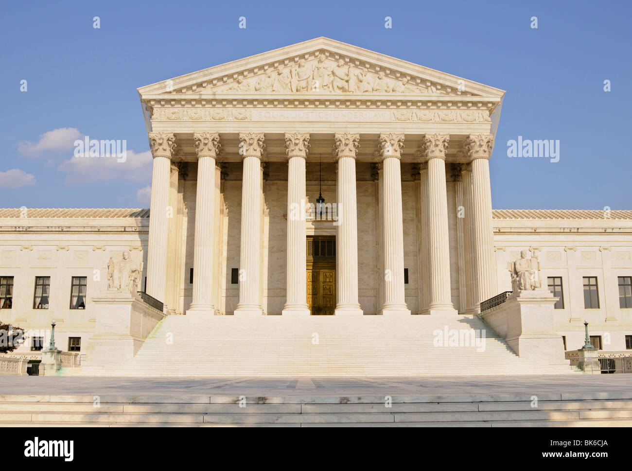 supreme court building shot head on during the day - Stock Image