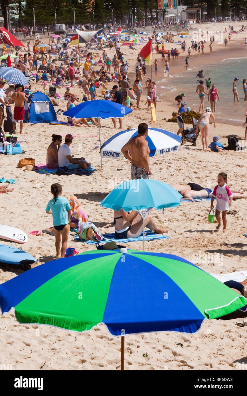 Crowds on Manly Beach, Sydney, Australia. - Stock Image