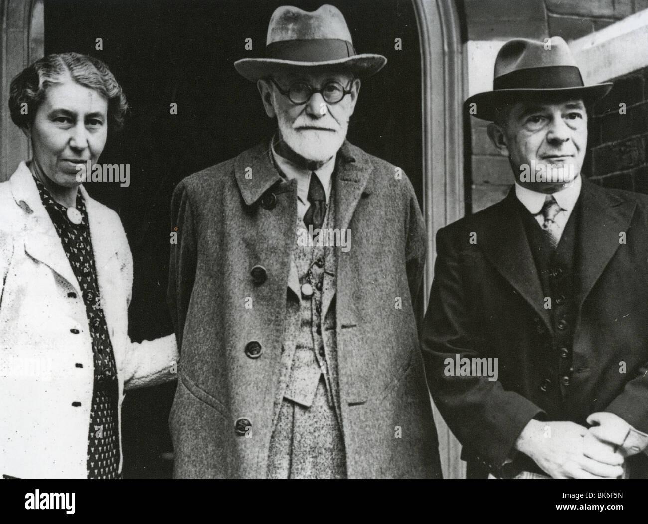 SIGMUND FREUD in 1938 with daughter Mrs Hollistschek and Welsh psychoanalyst Ernest Jones - Stock Image