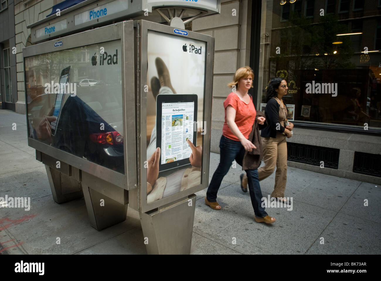 The New York Times is featured in advertising for the Apple Inc. iPad on a telephone kiosk in New York - Stock Image