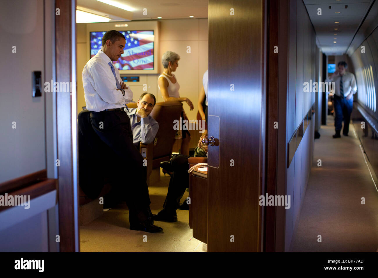 President Barack Obama confers with aides aboard Air Force One en route to Singapore, Nov. 14, 2009. - Stock Image
