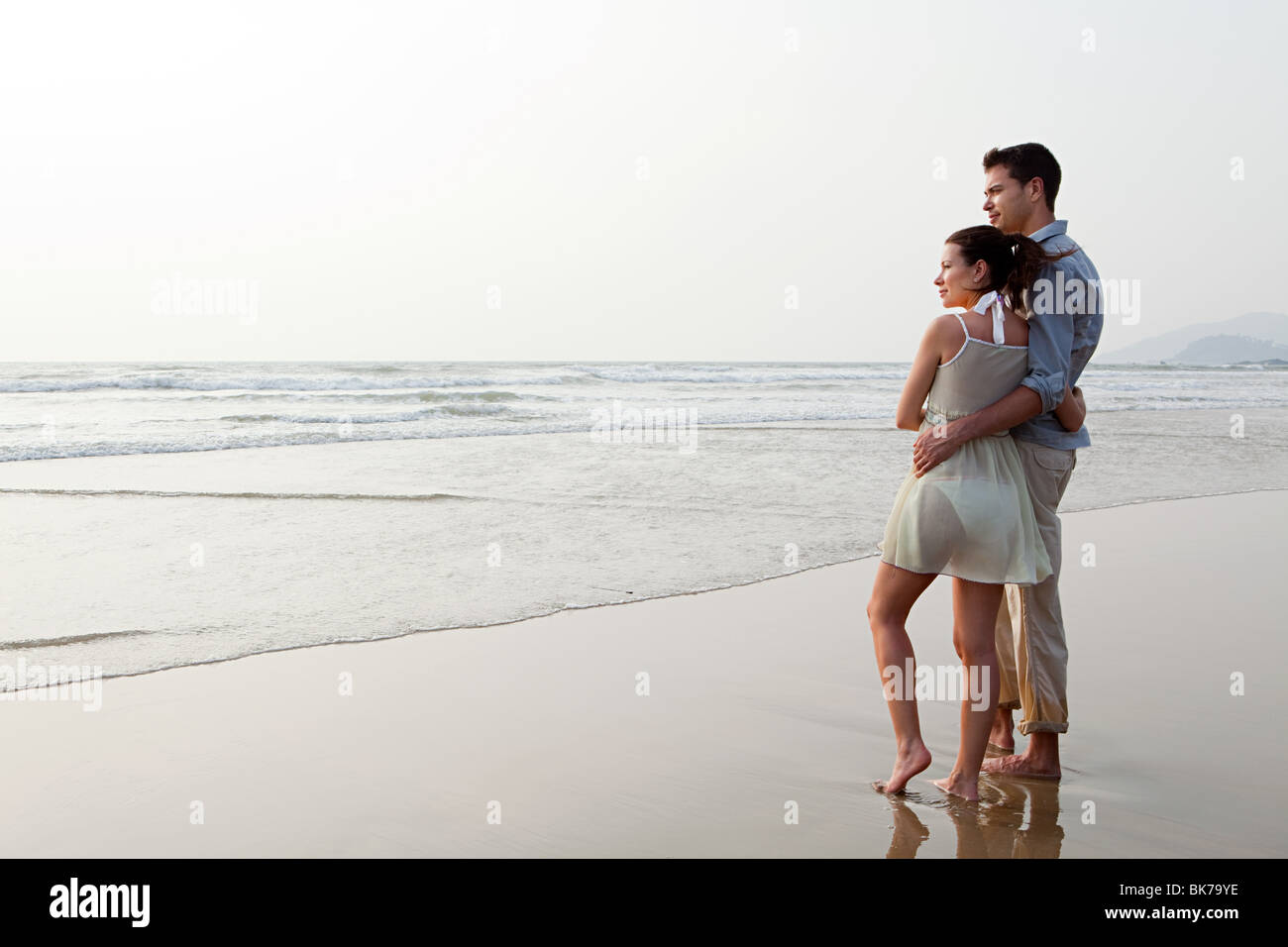 Couple looking out to the ocean - Stock Image