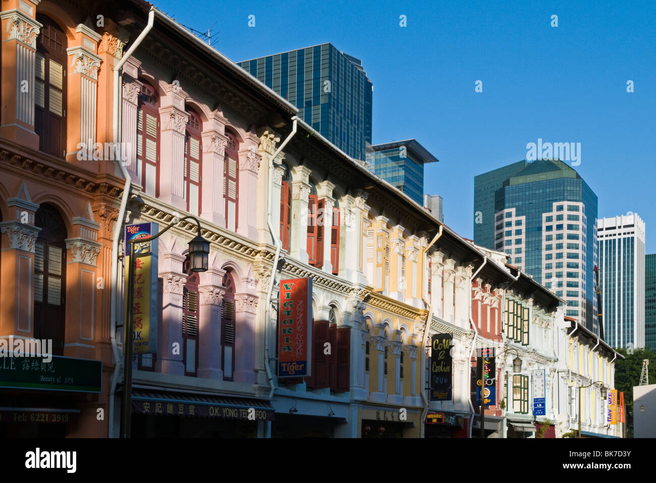 Old Chinese shophouses along Mosque Street in Singapores Chinatown. - Stock Image