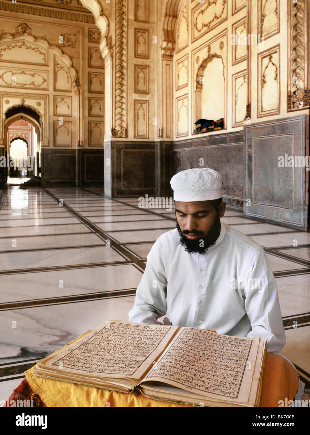Man reading the Koran, Lahore, Pakistan, Asia - Stock Image