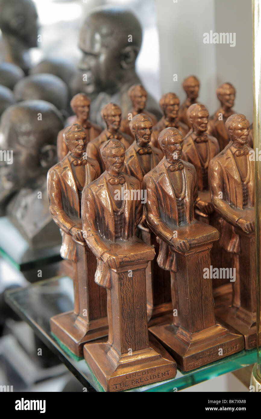 Washington DC 10th Street NW store shop shopping business souvenir gift President Lincoln statue paper weight - Stock Image