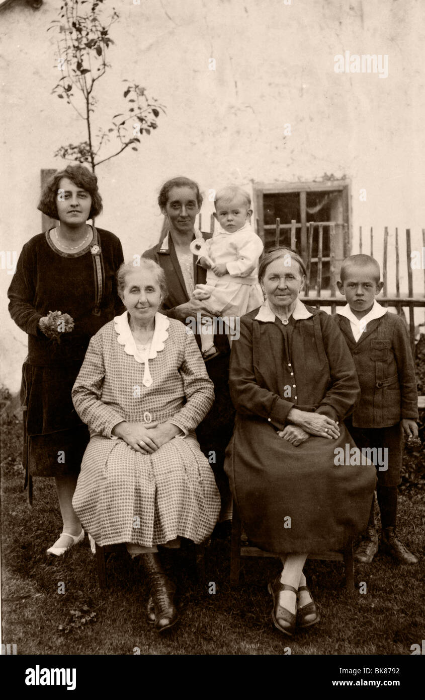 Mothers with their children, historical photograph, around 1931 - Stock Image