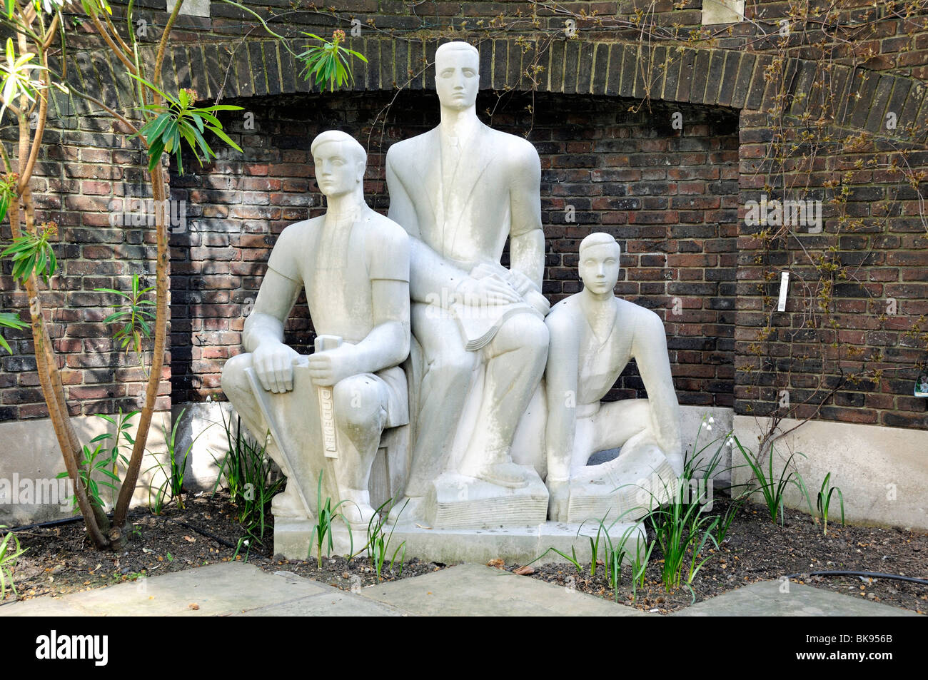 The Three Printers by the sculptor Wilfred Dudeney RBS in The Goldsmiths' Company garden Gresham Street in the City - Stock Image