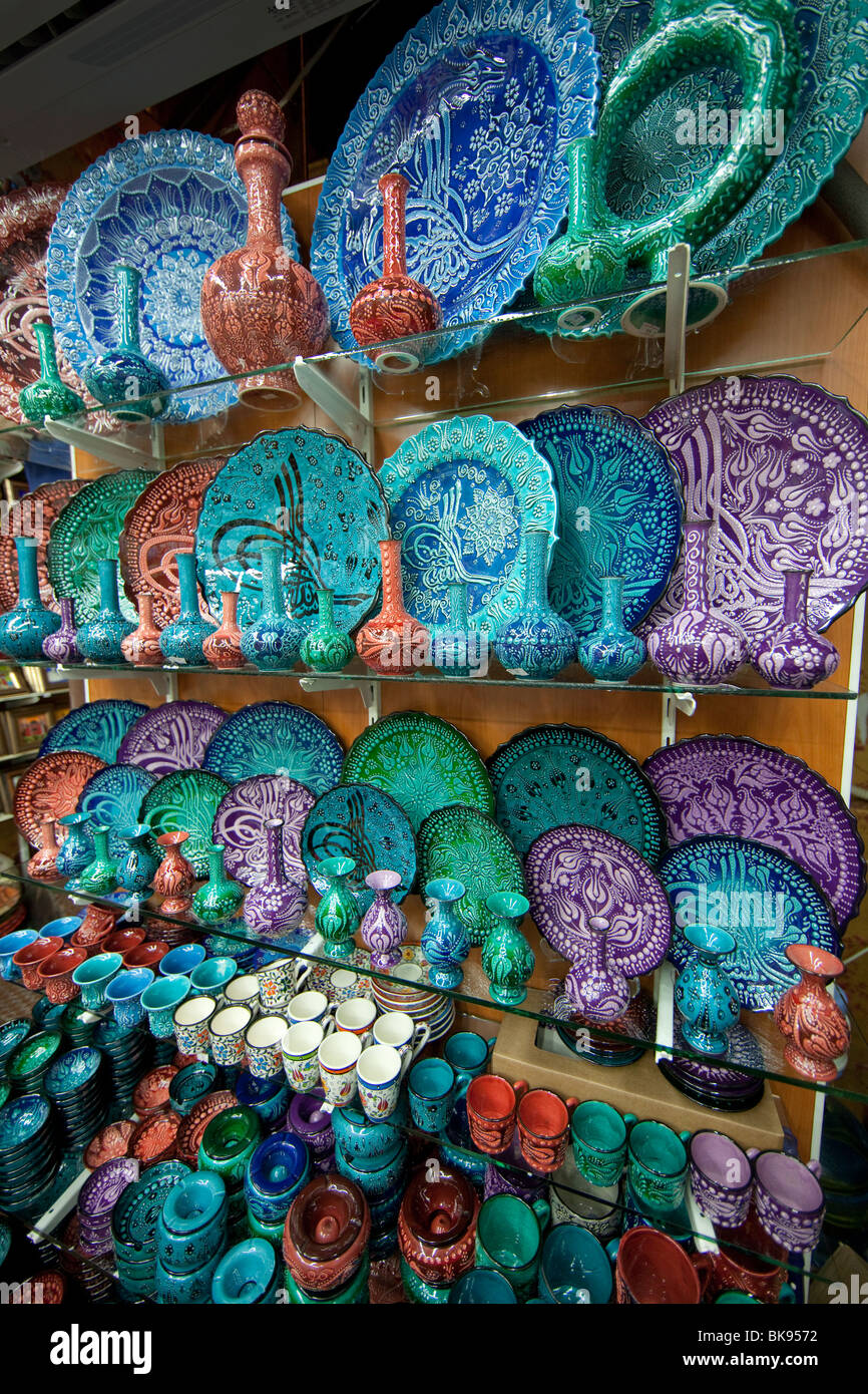 Colorful plates in the Grand Bazaar, Istanbul, Turkey - Stock Image