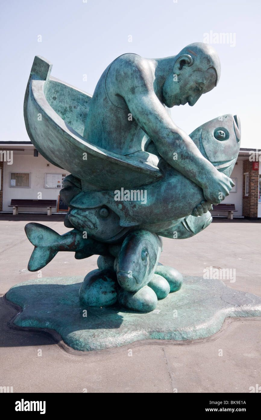 Statue at entrance to Deal Pier Kent, 'Embracing the Sea' by John Bucks - Stock Image