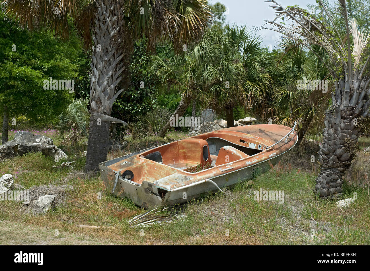old decrepit boat sits landlocked near the Suwannee River in North Florida - Stock Image