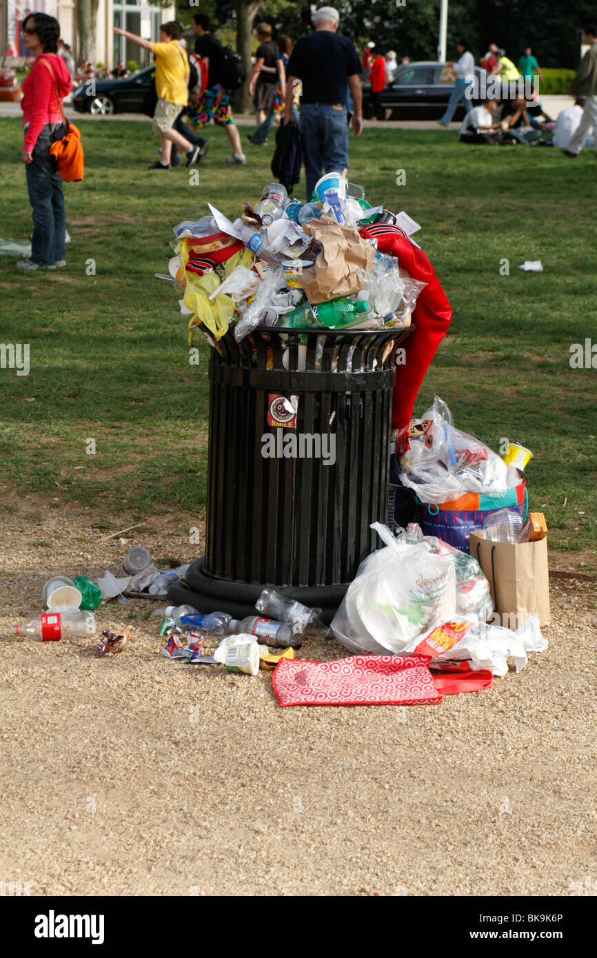Overflowing garbage can on the National Mall in Washington DC - Stock Image