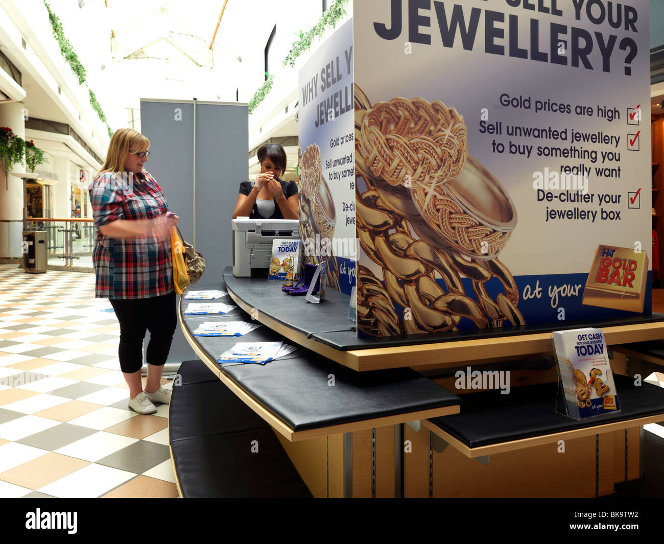 Customer Getting Gold Valued At Gold Bar in a Shopping Mall Gold Jewellery Sold for Cash - Stock Image
