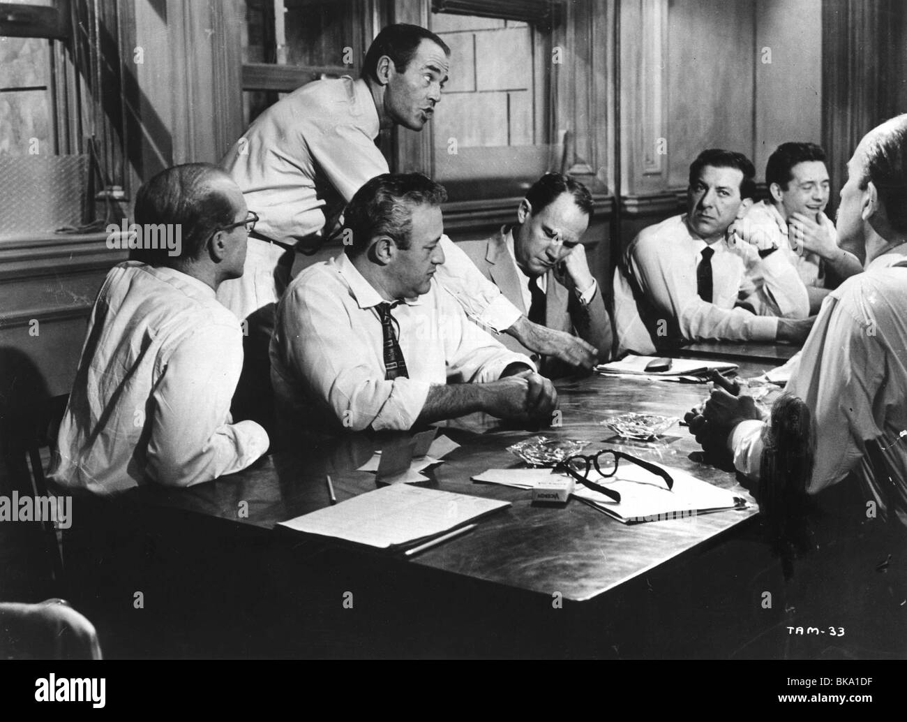 TWELVE ANGRY MEN (1957) (2ND FROM L) HENRY FONDA, LEE J. COBB, (3RD FROM RIGHT) JACK KLUGMAN TAM 006P - Stock Image