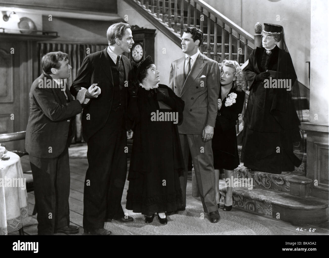 ARSENIC AND OLD LACE (1944) PETER LORRE, RAYMOND MASSEY, JOSEPHINE HULL, CARY GRANT, PRISCILLA LANE, JEAN ADAIR - Stock Image