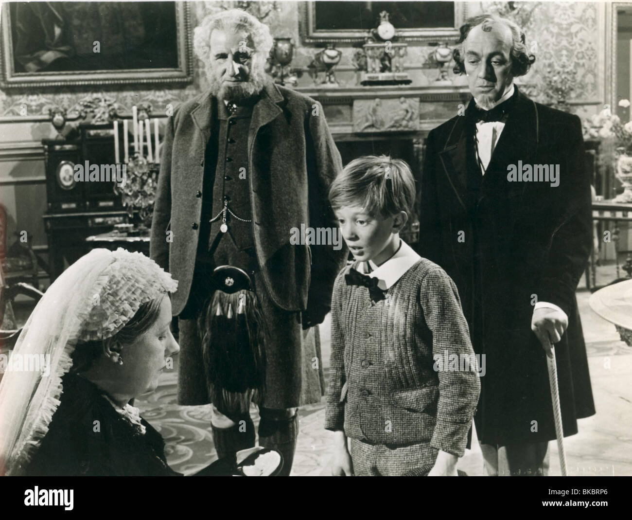 THE MUDLARK (1950) IRENE DUNNE, ANDREW RAY, ALEC GUINNESS MUDL 003P Stock Photo