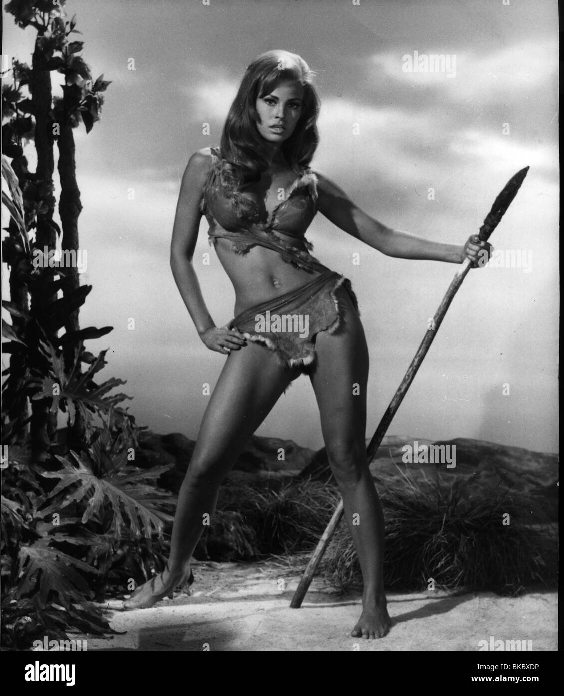 ONE MILLION YEARS BC (1966) RAQUEL WELCH OMY 006P - Stock Image