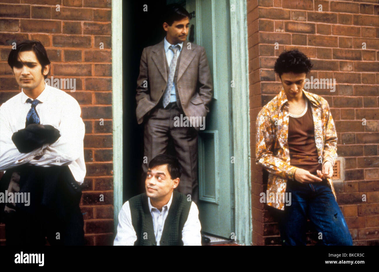 EAST IS EAST (1999) JIMI MISTRY, EMIL MARWA, RAJI JAMES, CHRIS BISSON EISE 023 - Stock Image