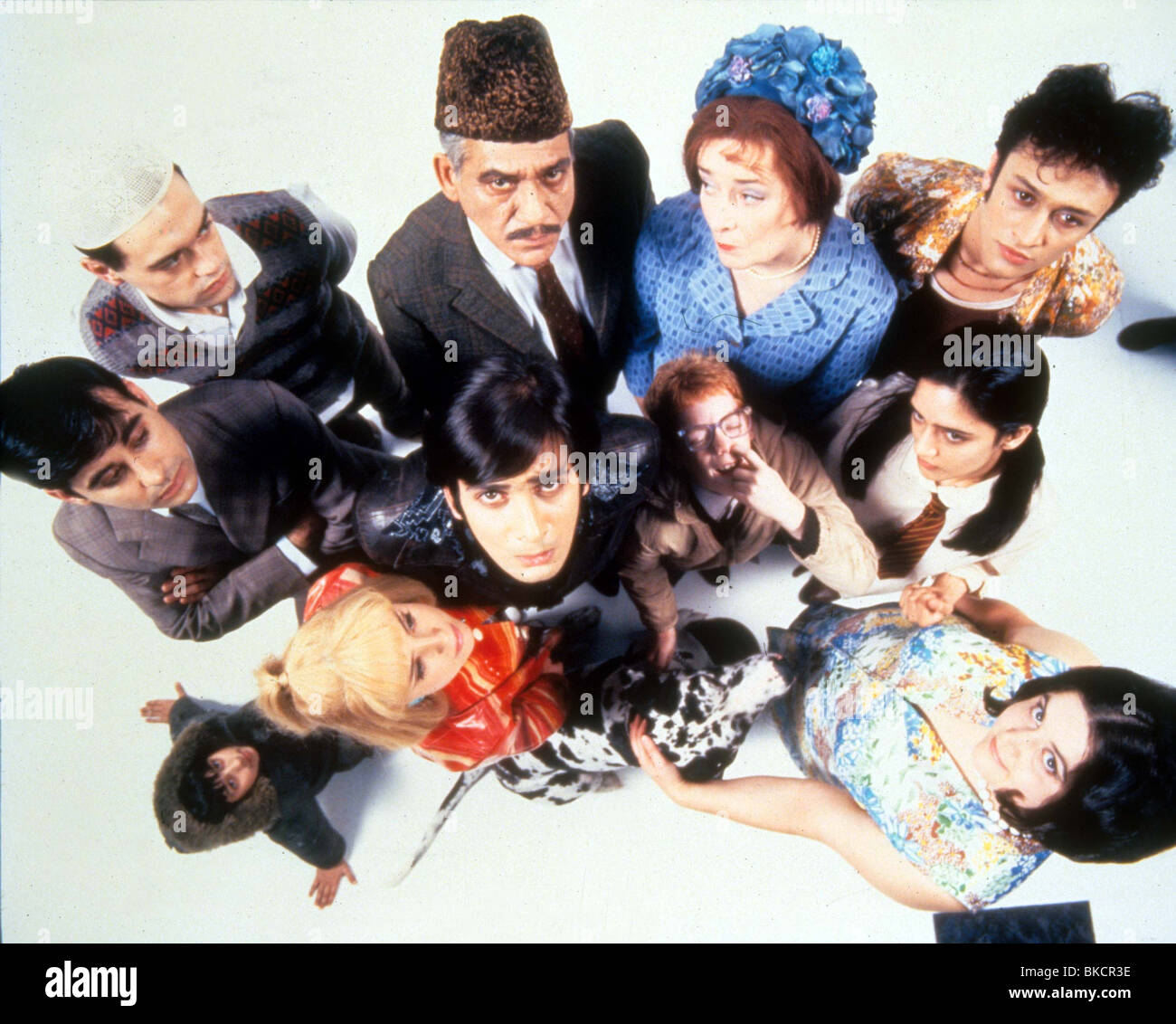 EAST IS EAST (1999) RAJI JAMES, EMIL MARWA, JORDAN ROUTLEDGE, EMMA RYDAL, JIMI MISTRY, OM PURI, GARY DAMER, LINDA - Stock Image