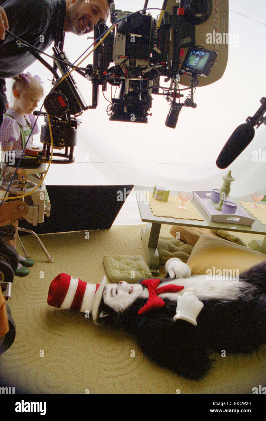 bc52c76c FILMING PRODUCTION (ALT) LOCATION (ALT) BEHIND THE SCENES (ALT) ON SET  (ALT) O/S 'DR SEUSS' THE CAT IN THE HAT' (2003) WITH